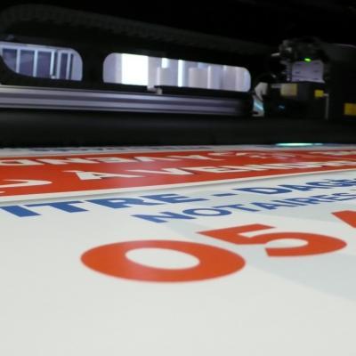 200 exemplaires - 60 x 80 cm - Recto - oeillets - ép : 3,5 mm